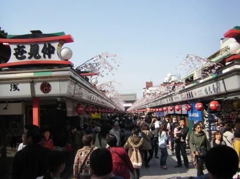 Die Nakamise Dori in Asakusa, mit Mitbringseln soweit das Auge reicht