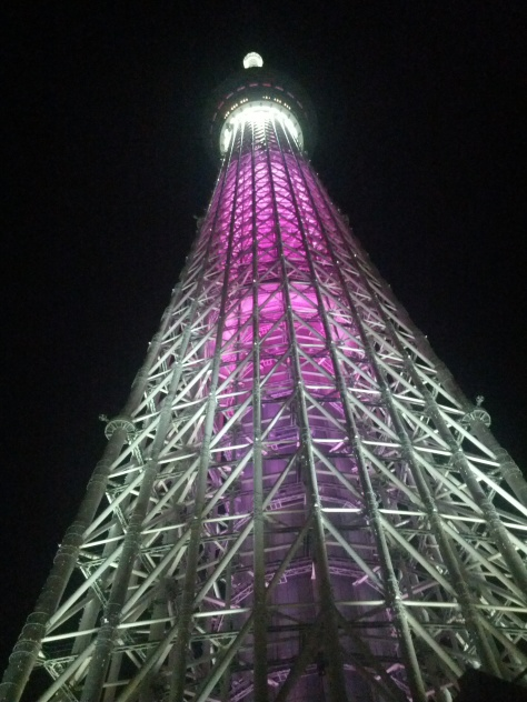 Am Fuße des Skytrees bei Nacht