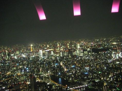Aussicht von der 450m hohen Plattform #2, links im Bild der orange leuchtende Tokyo Tower