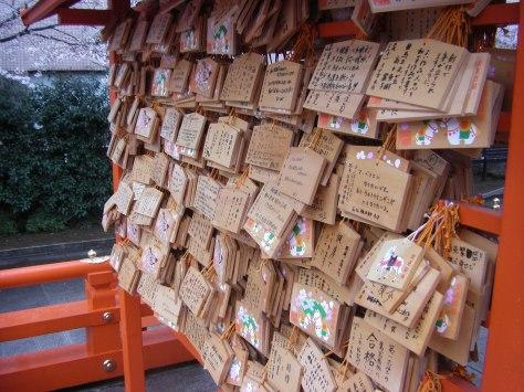 Ema, Holzplatten, auf die man Wünsche schreibt