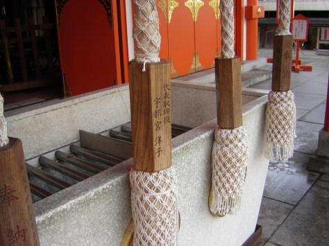 Schwere Seile, an deren Ende eine Glocke befestigt ist