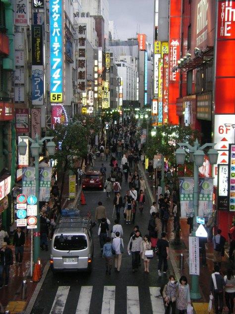 """Eine """"kleine"""" Nebenstraße in Shinjuku"""