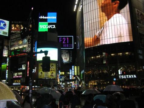 Die Shibuya-Kreuzung direkt vor uns (aus Augenhöhe mit Menschen überall sieht man natürlich nicht so viel davon...)