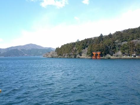Ein Schrein am Ufer des Lake Ashi