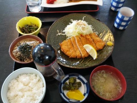 Schweinefleisch mit Udon-Nudeln (glaub ich), Reis, eingelegtem Gemüse, und natürlich Miso-Suppe (rechts unten)!