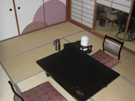 """""""Unter der siebten Tatami-Matte links..."""" Hmm, hier irgendwo müsste der geheime Uchiha-Treffpunkt doch sein..."""