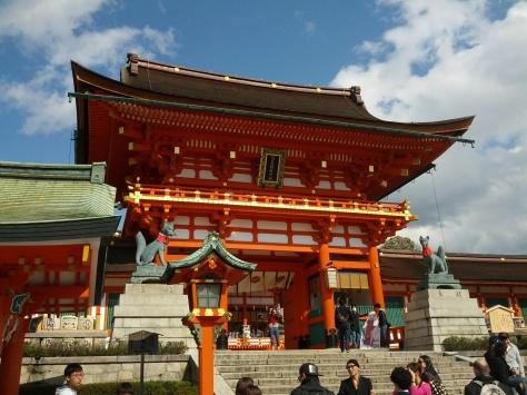 """Ein weiteres Tor mit den euch wohl bekannten Kitsunes - Füchse, die """"Messenger"""" der Reis-Gottheit Inari, der hier gehudligt wird"""