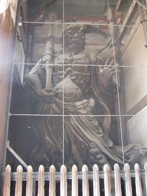 Erinnert ihr euch noch an die Statue aus dem letzten Bericht ohne Vogelgitter? Diese absolut riesige Statue war leider mit Gitter...