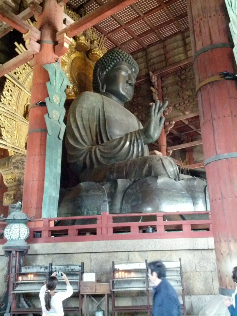 Todai-ji #6 - hier mit Größenreferenz, unten ein Mensch im Bild
