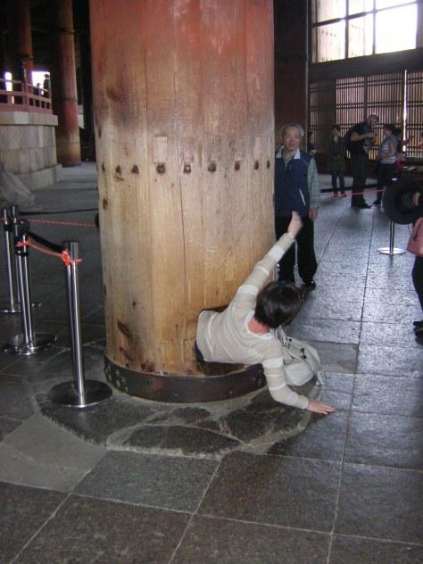 Todai-ji #8 - die Säule mit dem Loch...