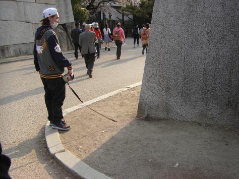 Osaka #8 - ja ihr seht richtig: dieser Typ hat ein Eichhörnchen an der Leine!
