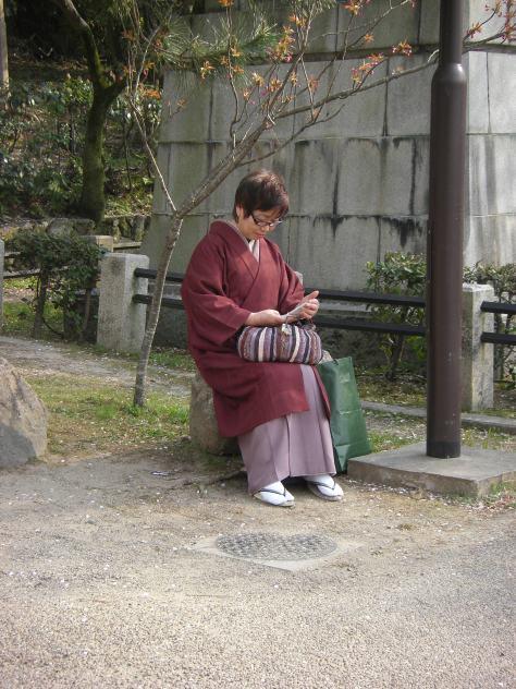 Wie aus dem Bilderbuch: im Kimono mit Smartphone in der Hand + Gebamsel am Handy